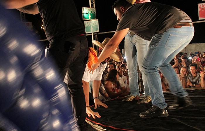 Sorocaba, da dupla com Fernando, cai durante show e vai parar no hospital