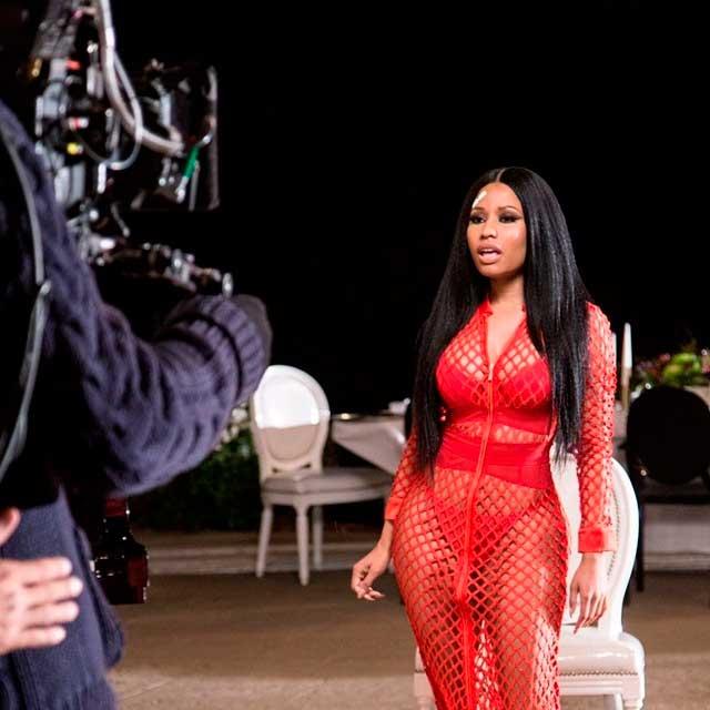 Com roupa transparente, Nicki Minaj convida fãs para ver seu vídeo promocional
