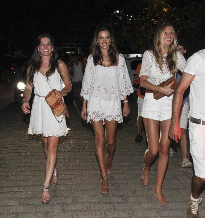 Alessandra Ambrósio aproveita festa de Ano Novo ao lado de amigos