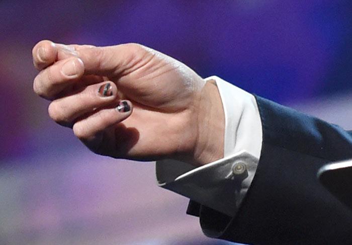 De esmalte! Brad Pitt apresenta evento com as unhas pintadas