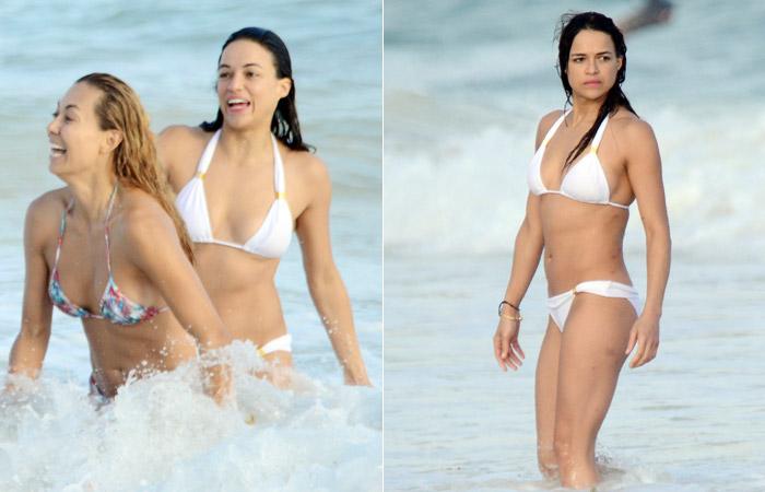 Amiga de Michelle Rodriguez faz topless e rouba a cena em praia no México