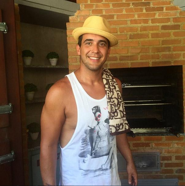 André Marques exibe boa forma em dia de festa na casa de Anitta