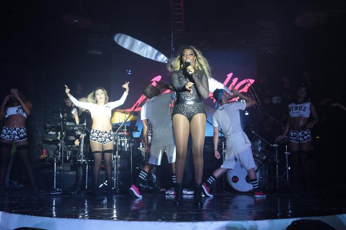 Isis Valverde leva a mãe à baile funk para dançar ao som de Anitta