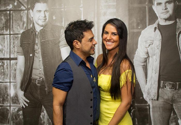 Antes de show, Zezé Di Camargo e Luciano recebem seus amores no camarim
