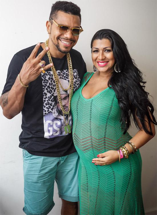 Grávida de 8 meses, Ellen Cardoso acompanha Naldo Benny em show