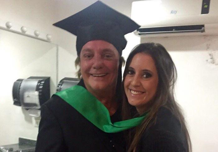 Fábio Jr. vai todo orgulhoso à formatura da filha