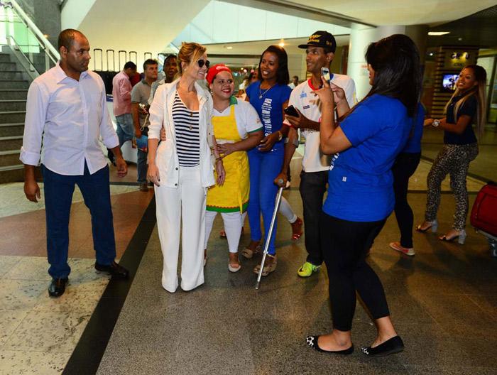 Eliana leva fãs à loucura ao desembarcar no aeroporto de Salvador