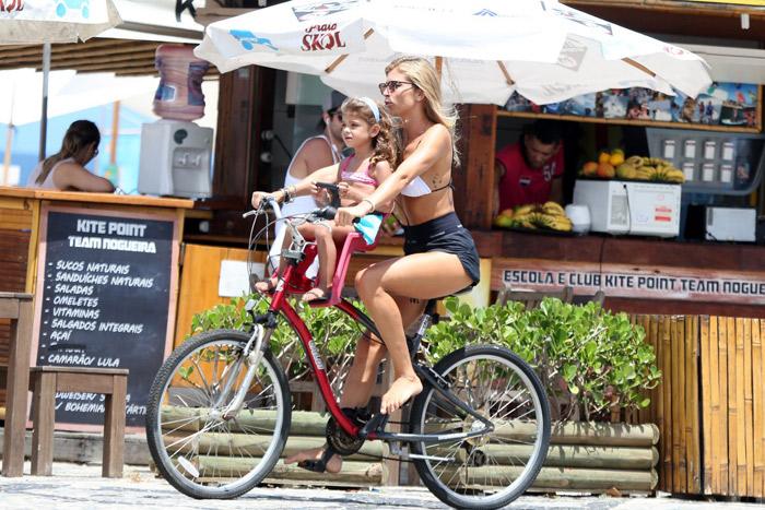 Grazi Massafera anda de bicicleta com Sofia pela orla