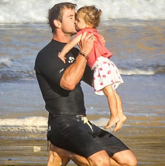 Chris Hemsworth aparece todo fofo em foto com a filha