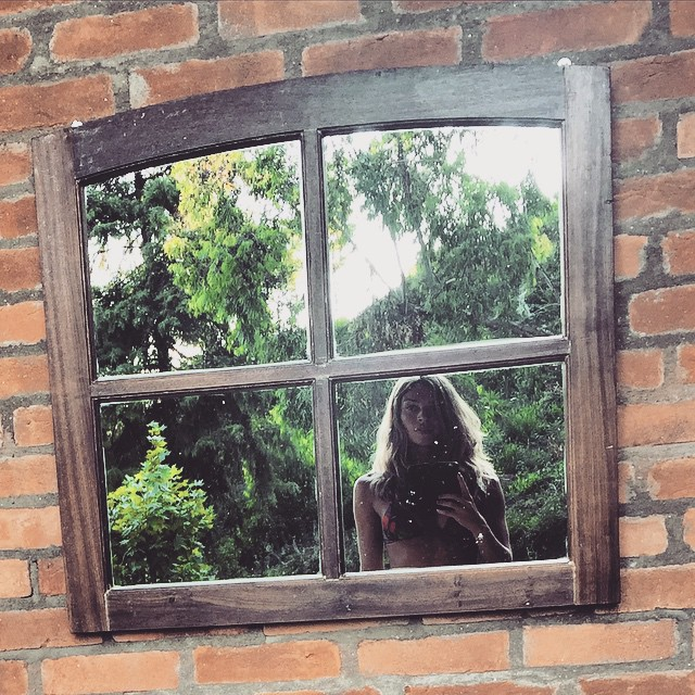 Grazi Massafera faz foto só de biquíni no reflexo de janela