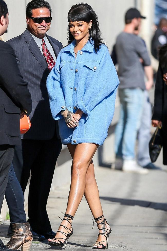 Rihanna aposta em look curtíssimo para participar de programa