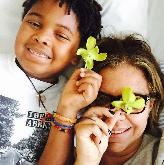 Astrid Fontenelle passa o aniversário em hospital e ganha carinho do filho