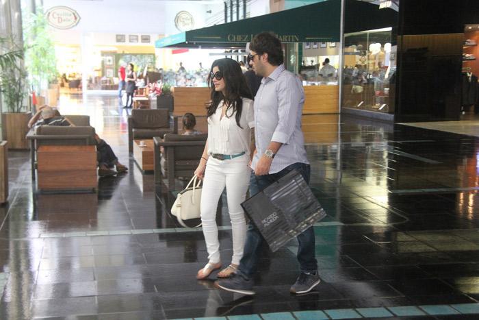 Vanessa Giácomo e o maridão, Giuseppe Dioguardi, passeiam em shopping carioca