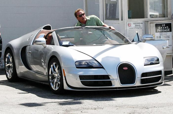 Arnold Schwarzenegger desfila com seu carrão milionário por Beverly Hills