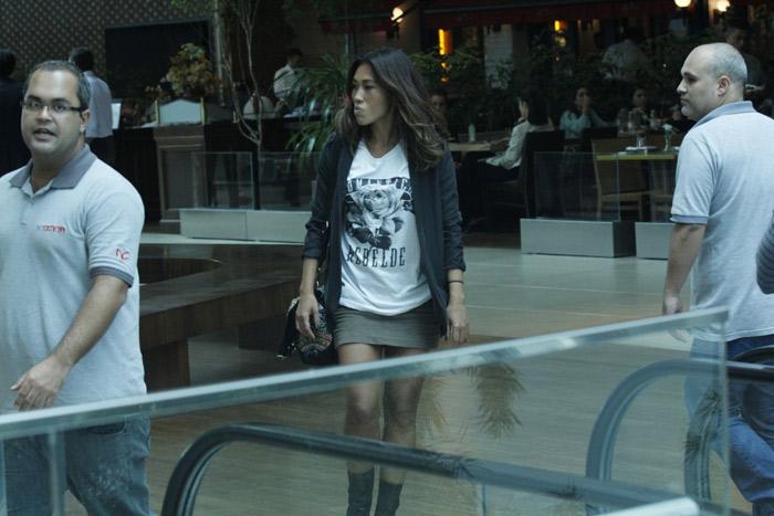 Daniele Suzuki aposta em sainha e bota para passear no shopping