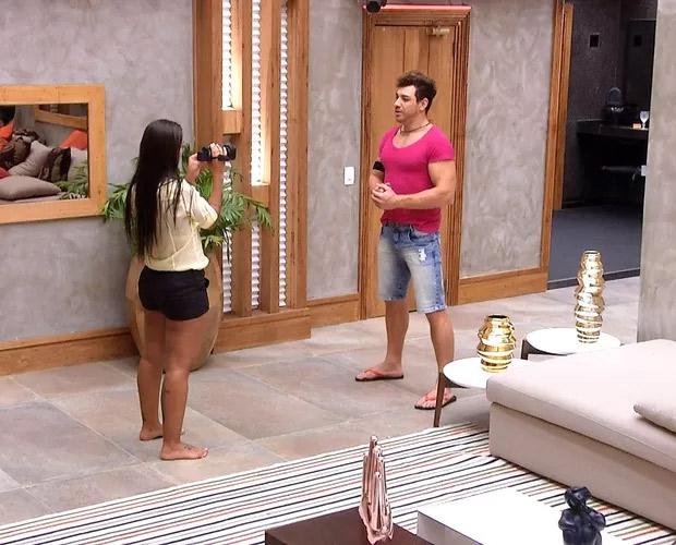 BBB 15: Amanda e Cézar recebem câmera para registrarem os últimos momentos do confinamento