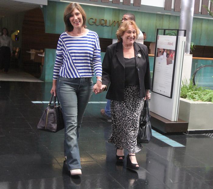 Beth Goulart e Nicette Bruno passeiam por shopping de mãos dadas