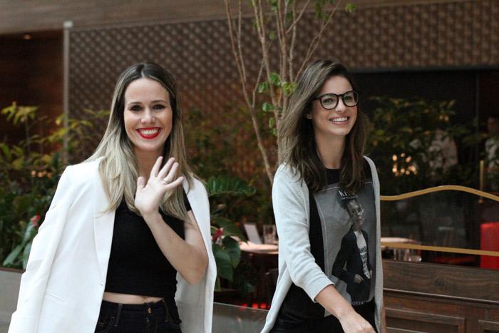 Sthefany Brito e Fernanda Pontes esbanjam elegância enquanto colocam papo em dia em shopping carioca