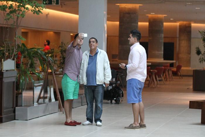 Zeca Pagodinho é abordado por fãs depois de almoço em shopping na Barra da Tijuca