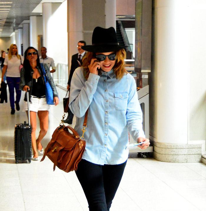 Leandra Leal passa quase despercebida em aeroporto no Rio