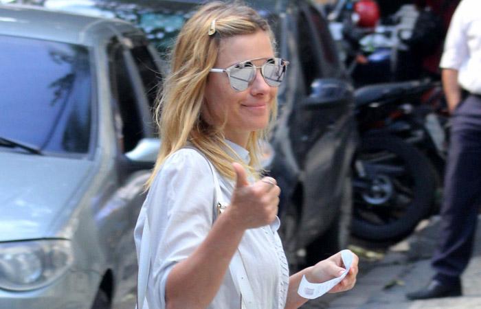 Carolina Dieckmann mostra seu lado divertido durante almoço no Leblon
