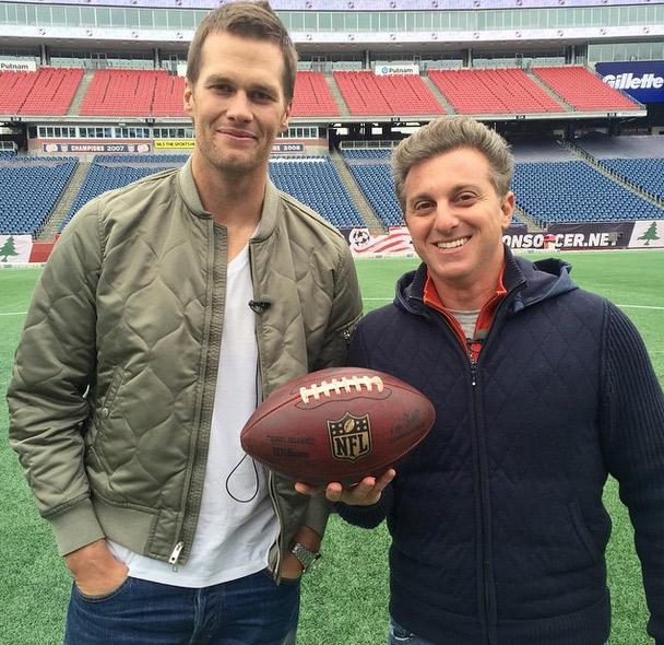 Luciano Huck aproveita entrevista para tietar Tom Brady, o marido de Gisele Bündchen