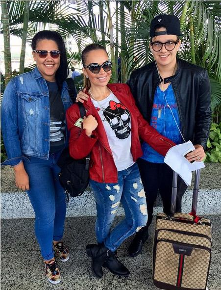 Solange Almeida conta com a companhia dos filhos em viagem a trabalho