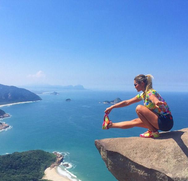 Coragem! Flávia Alessandra faz pose na beirada de uma rocha após trilha no Rio