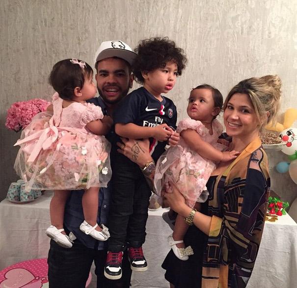 Dani Souza e Dentinho comemoram um aninho das filhas gêmeas