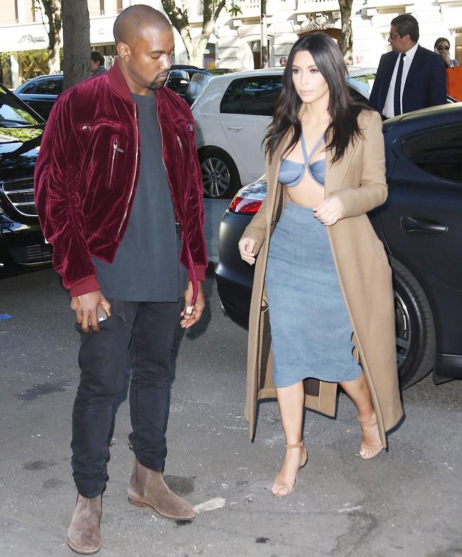 Kim Kardashian usa look com decote generoso em Paris