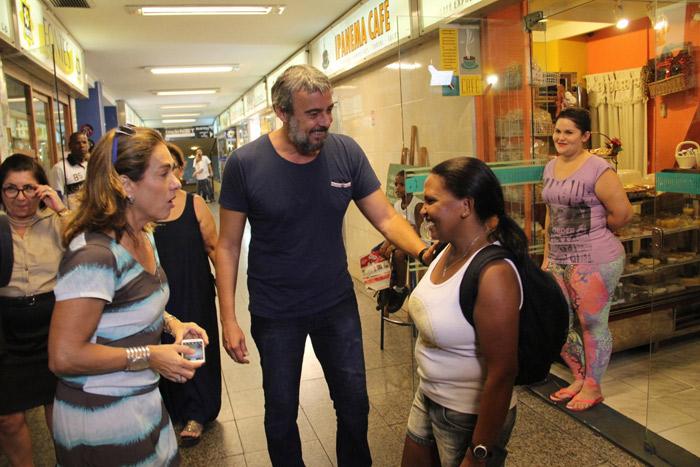 Cissa Guimarães vira fotógrafa de fã de Alexandre Borges durante entrevista