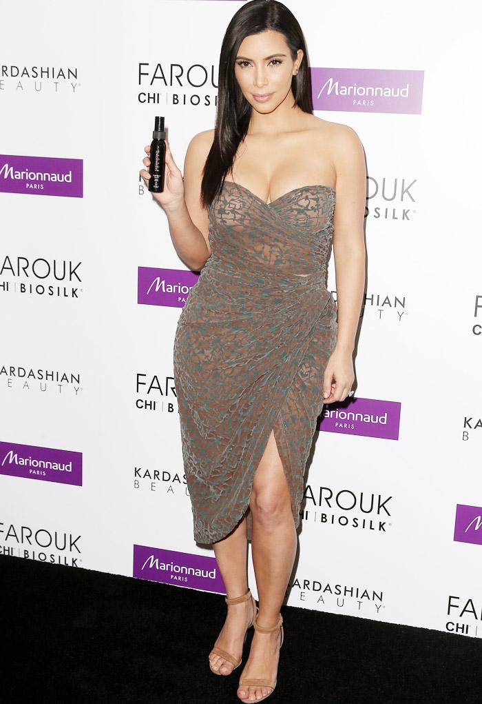 Kim Kardashian abusa do decote em lançamento de produtos de beleza