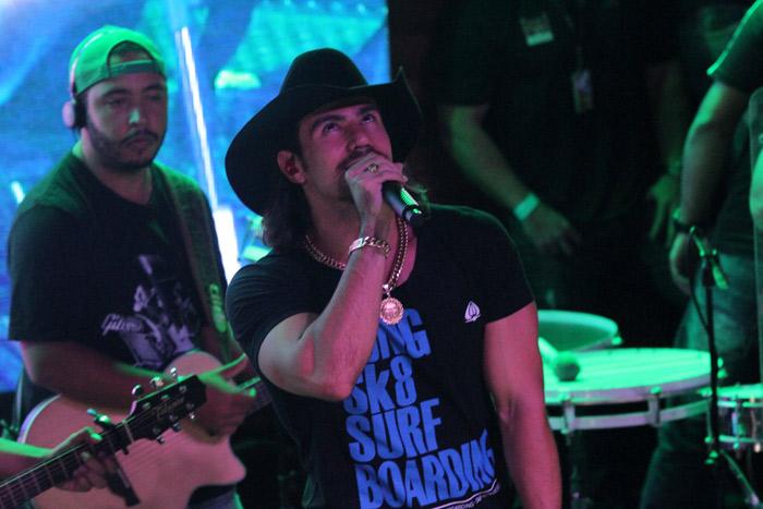 Fã aperta bumbum de Mariano, da dupla com Munhoz, durante show em São Paulo