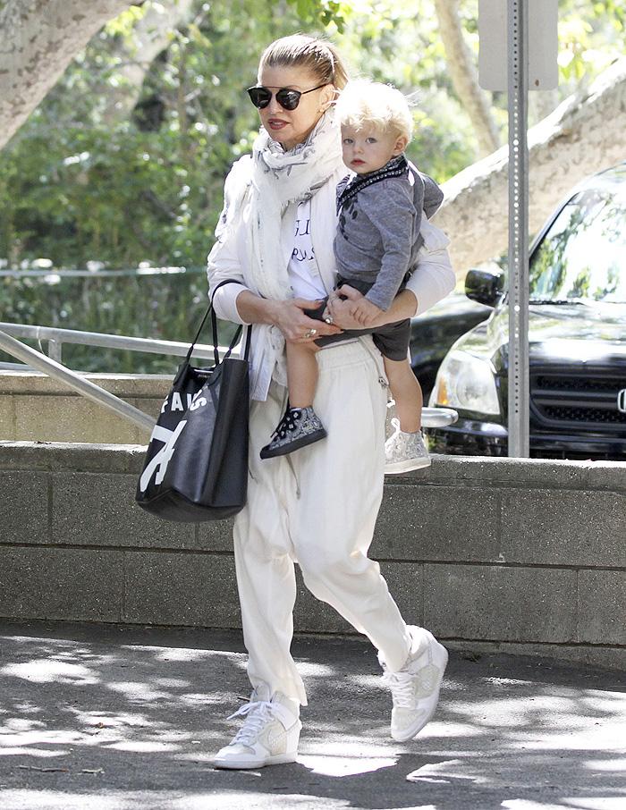 Fofo! Fergie leva pequeno Axl para passear no parque
