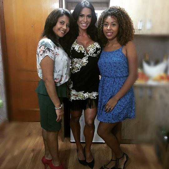 Gracyanne Barbosa leva mãe e irmã a inauguração de salão