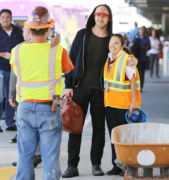 Ryan Gosling desembarca em Los Angeles e tira foto com fã