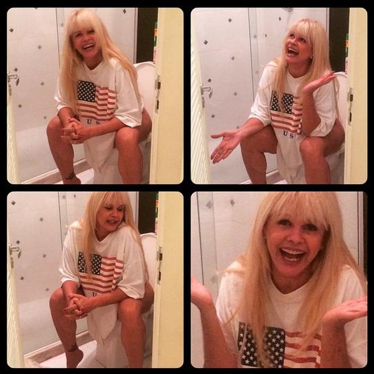 Foto de Monique Evans sentada no vaso sanitário ainda repercute nas redes sociais