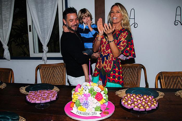 Em família! Adriane Galisteu ganha festa de aniversário com o marido e o filho