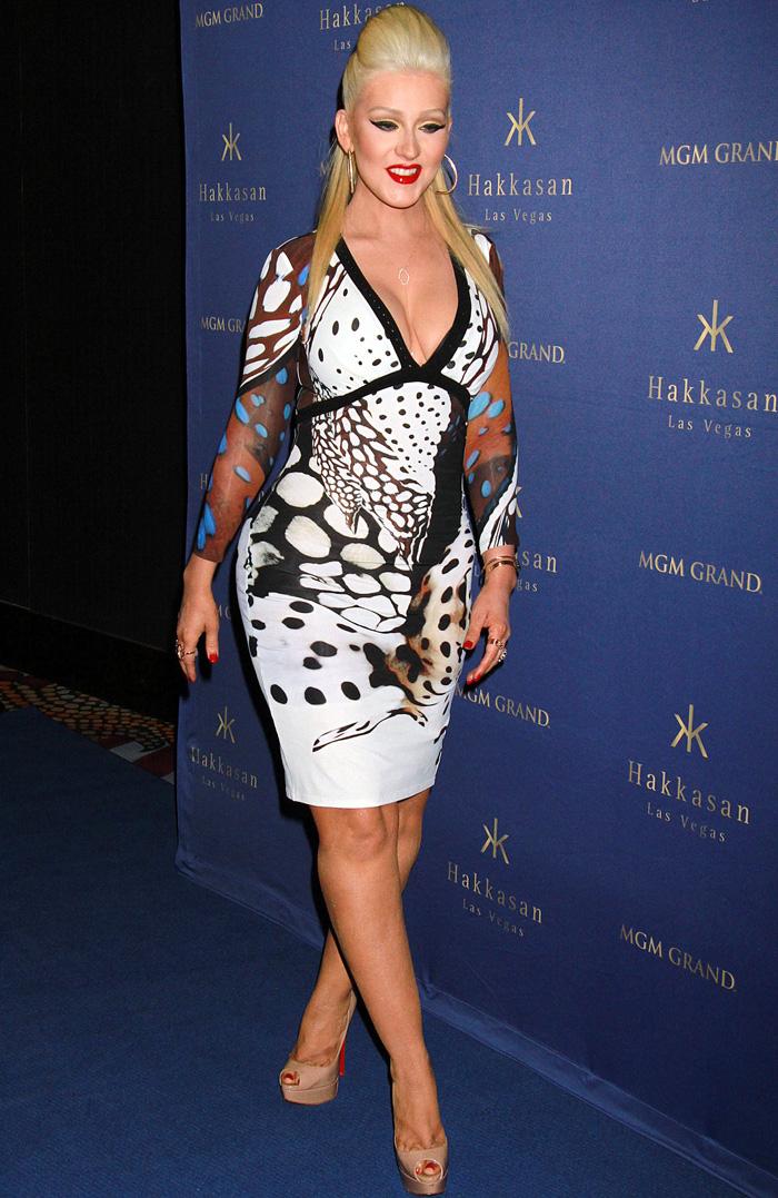 Christina Aguilera aposta em decotão e batom 'chocante' para festa