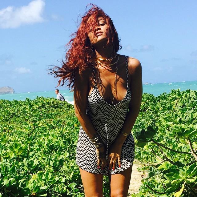 De macaquinho, Rihanna quase mostra demais