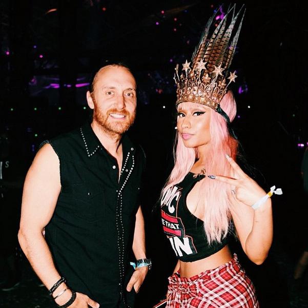 Beyoncé posa de shortinho em show de David Guetta