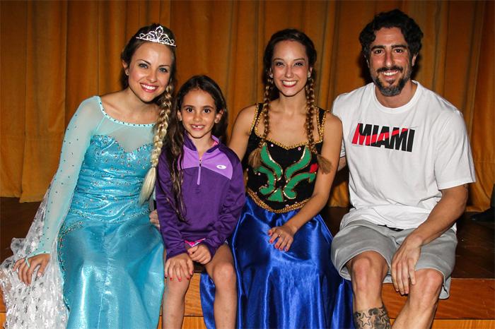 Marcos Mion leva a família toda ao teatro