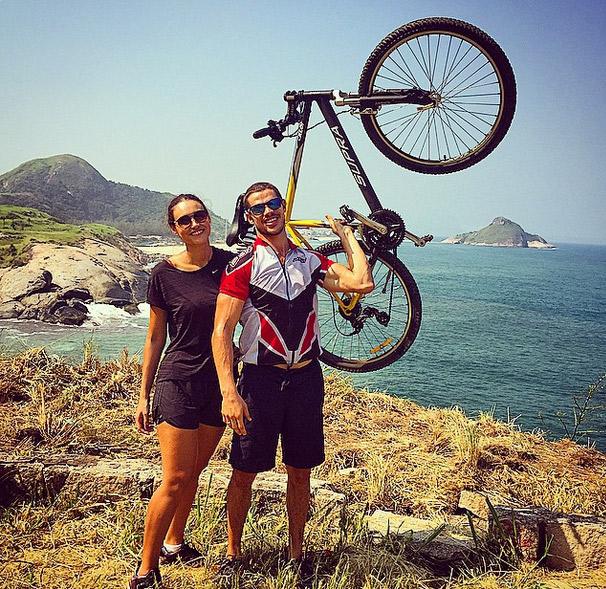 Depois de pedalar com Débora Nascimento, José Loreto esbanja animação antes de mais exercícios físicos