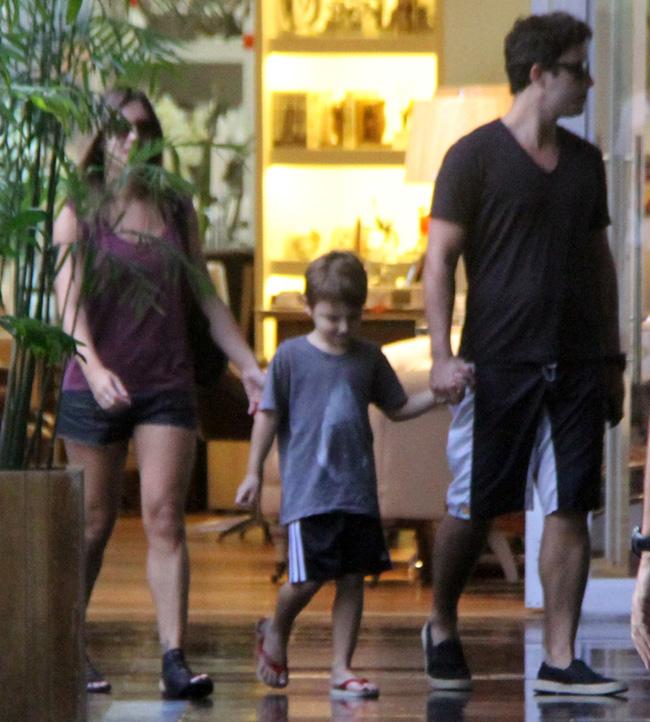 Thiago Rodrigues e Cristiane Dias passeiam em shopping carioca