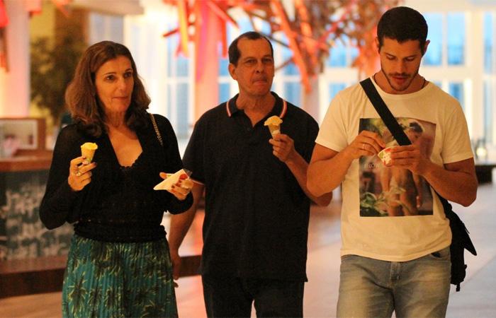 José Loreto aproveita tarde de folga com os pais em shopping carioca