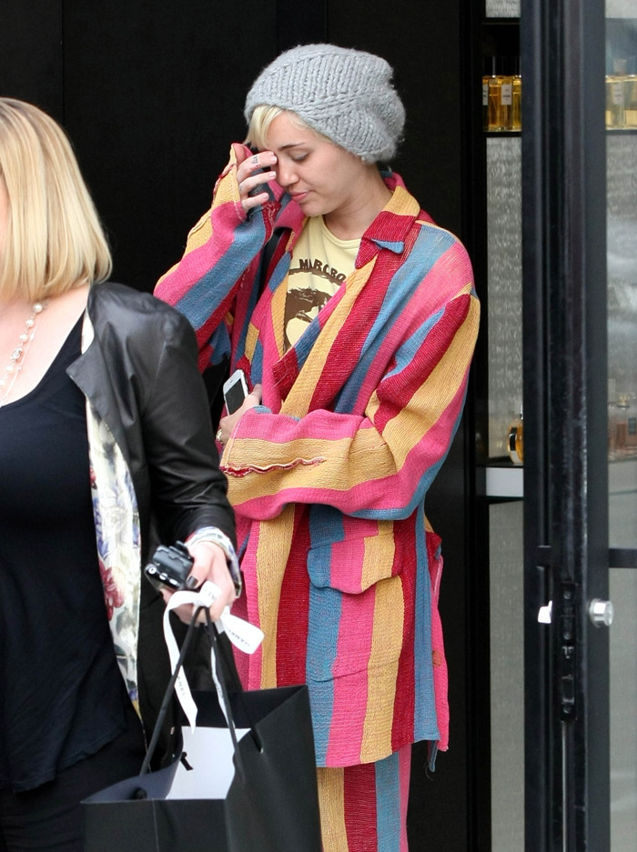 Após término, Miley Cyrus faz compras na Califórnia