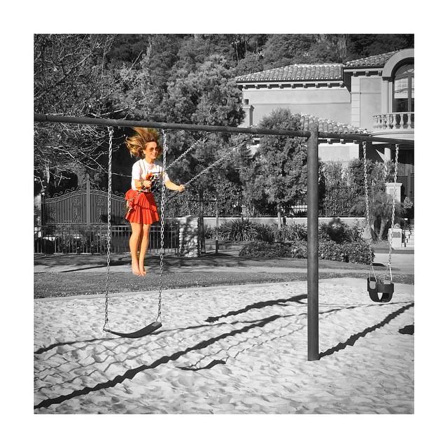 Claudia Leitte brinca em balanço e manda recado para os fãs sobre bom humor