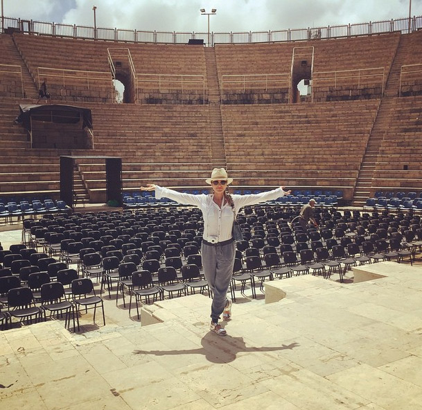 Em Israel, Flávia Alessandra arranca suspiros dos fãs ao visitar paisagens estonteantes