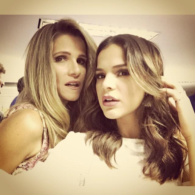 Bruna Marquezine e Ingrid Guimarães fazem carão para foto