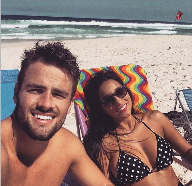Inseparáveis, ex-BBBs Rafael e Talita curtem praia juntos